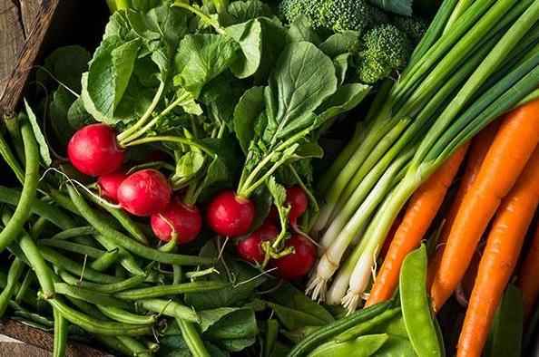 Zsenge zöldségek a tányéron