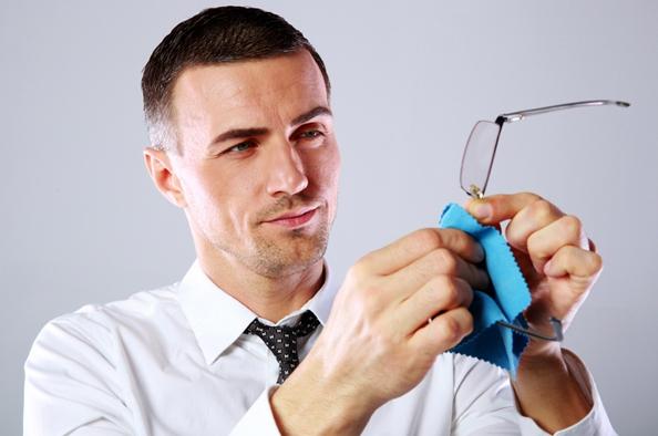 Lencsebarát szemüvegtisztítás – erre ne a papír zsebkendőt használja!