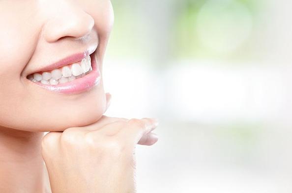 Láthatatlan és esztétikus fogszabályozás